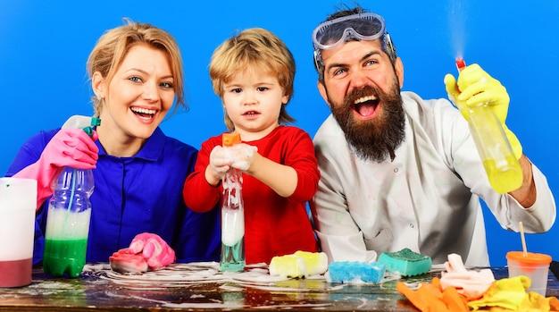 Temps de nettoyage famille nettoyer ensemble désinfection nettoyage à domicile s'amuser