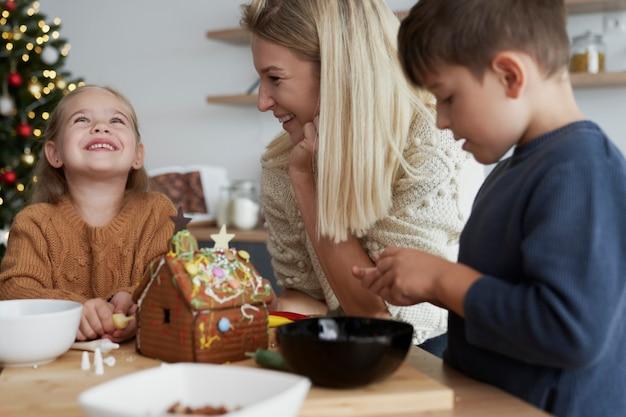 Temps de noël consacré à la décoration de la maison en pain d'épice