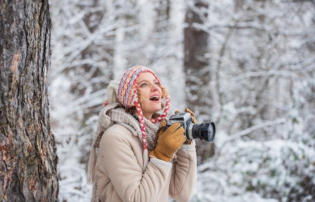 Le temps de noël fait une photo de la nature hivernale enneigée et du beau temps randonneur heureux
