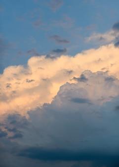 Temps orageux. ciel coucher de soleil spectaculaire avec des nuages d'orage. ciel dramatique coloré.