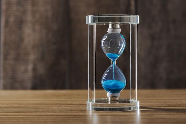 Le temps passe. sablier bleu se bouchent