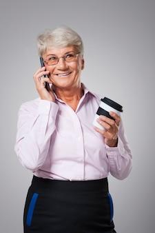 Temps pour le café et la conversation par téléphone portable