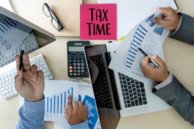 Temps pour les impôts planification argent comptabilité financière fiscalité homme d'affaires