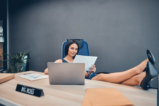 Temps de repos d'une femme d'affaires qui travaille dur au bureau