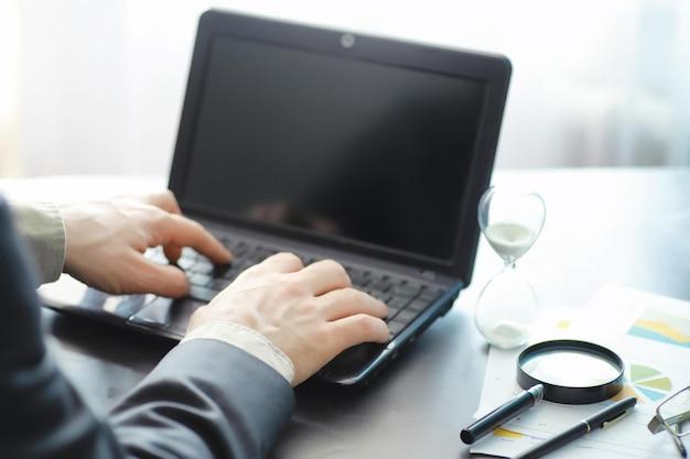 Le temps de travail symbolise un sablier. bureau avec gestionnaire d'assurance et banquier. employé de bureau à la table. la notion de manque de temps.