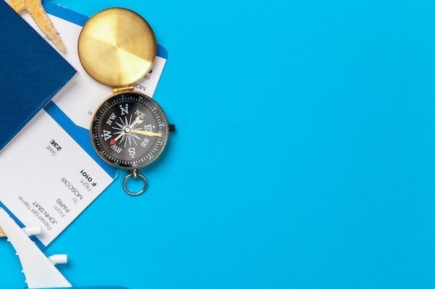 Temps de voyager. idée de tourisme avec des billets et une boussole.