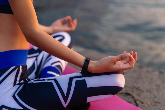Temps de yoga gros plan photo extérieure des mains de la femme pendant la méditation, essayant de se calmer