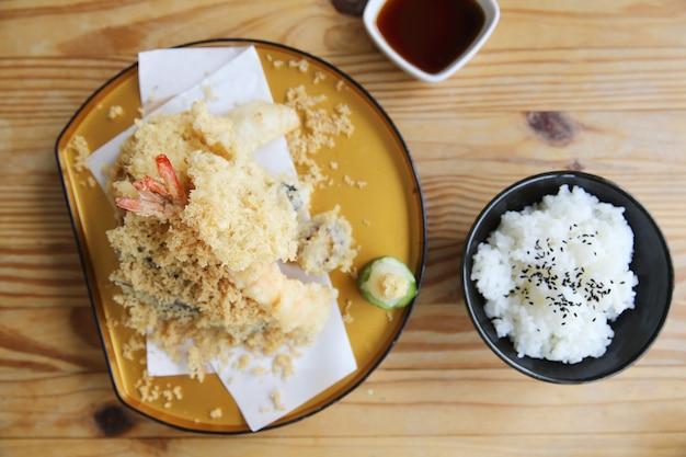 Tempura avec set de riz cuisine japonaise sur fond de bois