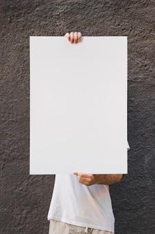 Tenant l'affiche