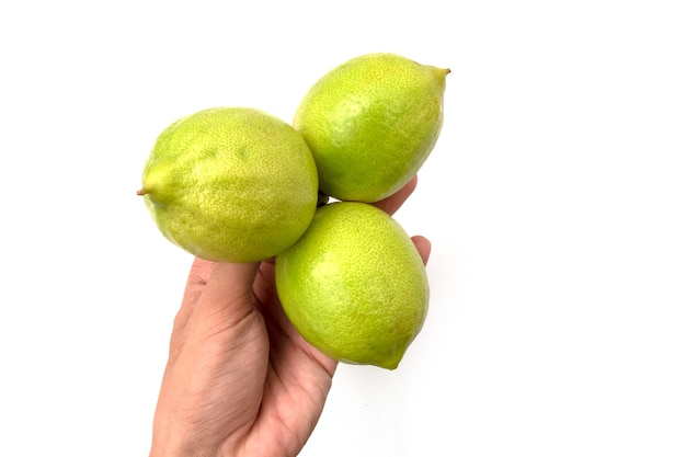 Tenant un citron sur fond blanc