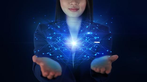 Tenant un écran d'hologramme affichant la technologie de la carte