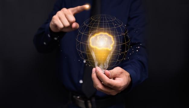 Tenant la main, concept, ampoule, nouvelles idées