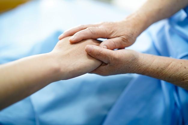 Tenant les mains avec amour.