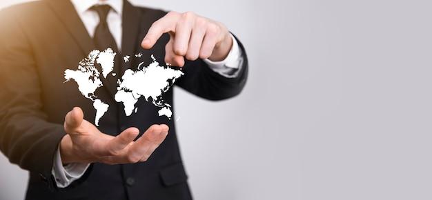 Tenant un réseau social de globe terrestre brillant entre les mains des hommes d'affaires. icône de carte du monde, symbole