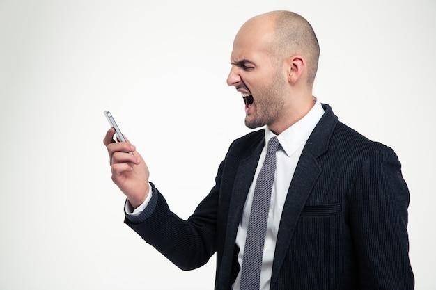 Tenant un téléphone portable et criant