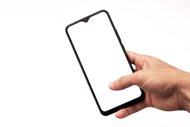 Tenant un téléphone portable sur un fond blanc