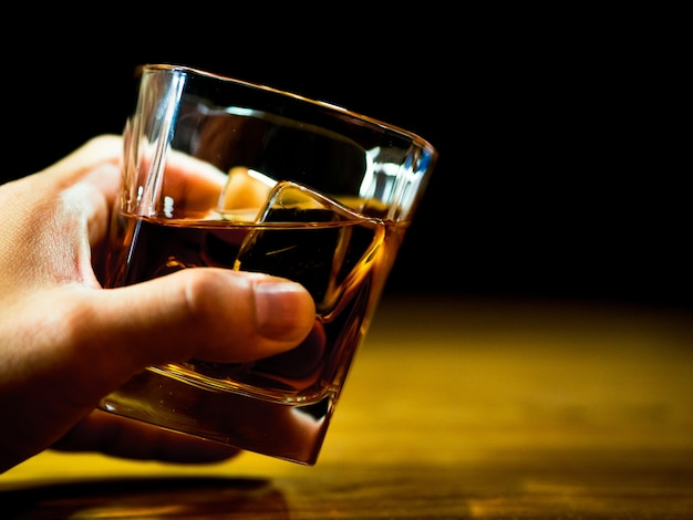 Tenant un verre de whisky pour la célébration
