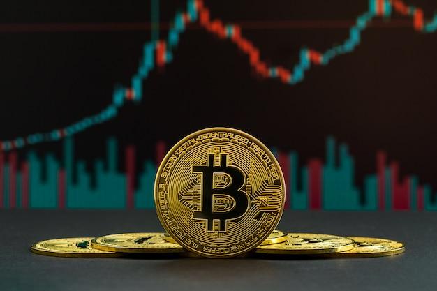 Tendance à la hausse de la crypto-monnaie bitcoin représentée par des bougies vertes et rouges. pièce de monnaie btc devant le graphique de négociation