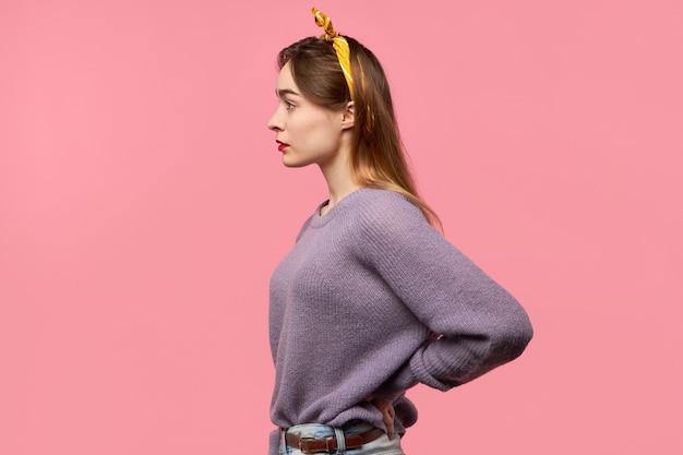 Tendance jeune femme aux longs cheveux lâches posant isolé