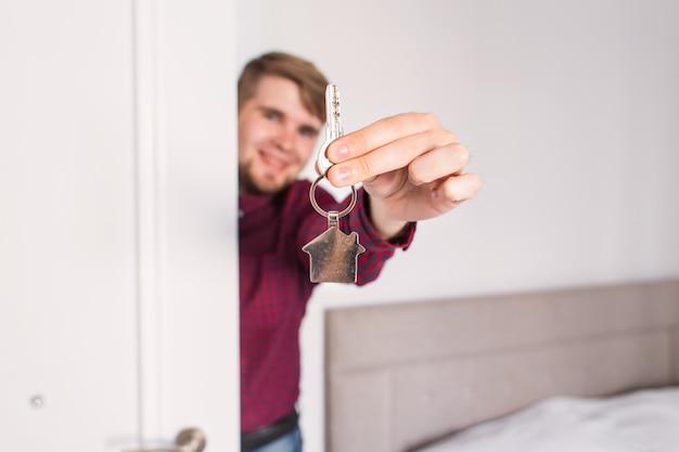 Tendant les clés de la maison. pendre la crémaillère