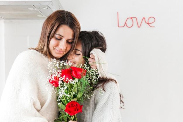 Tendre aimer les femmes avec des fleurs