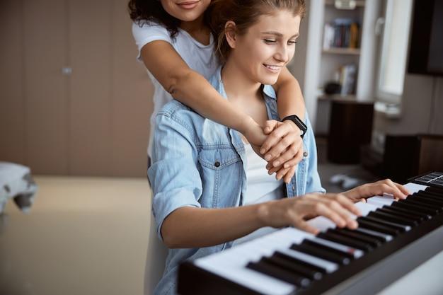 Tendre brune embrassant son partenaire tout en écoutant une mélodie fantastique
