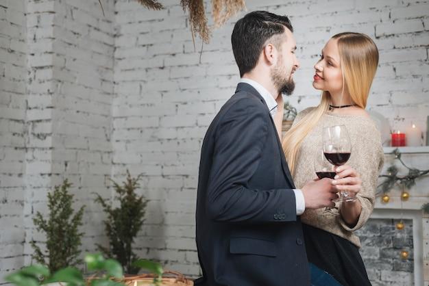 Tendre, couple, à, vin, fermer