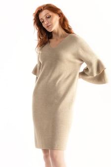 Tendre femme posant sur fond blanc