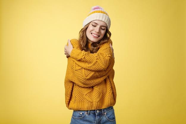 Tendresse bonheur bien-être concept charmant féminin mignon fille élégante aimant nouveau chandail chaud h ...