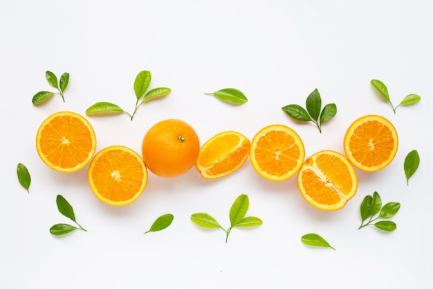 Teneur élevée en vitamine c. agrumes orange frais avec des feuilles isolées sur blanc.
