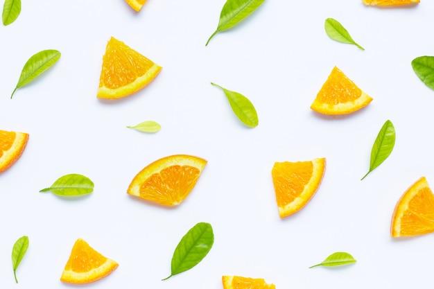Teneur élevée en vitamine c, couper des oranges mûres et juteuses sur un motif blanc