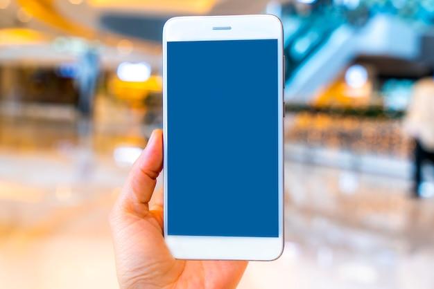 Tenez votre téléphone portable dans le centre commercial