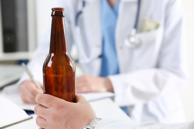 Tenir alcoolisé dans la bouteille vide à la main à la réception