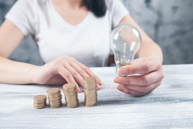 Tenir une ampoule sur des pièces de monnaie
