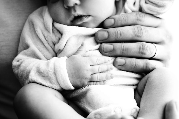 Tenir bébé en noir et blanc. photo de haute qualité