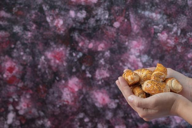Tenir des biscuits mutaki caucasiens dans la main.