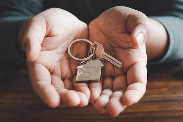 Tenir le concept de clés de maison, clés de maison pour nouvelle maison, achat de nouvelle maison
