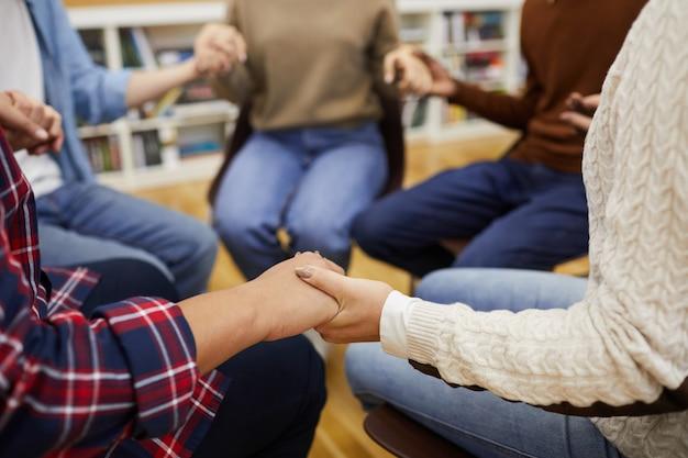 Tenir la main dans le groupe de soutien