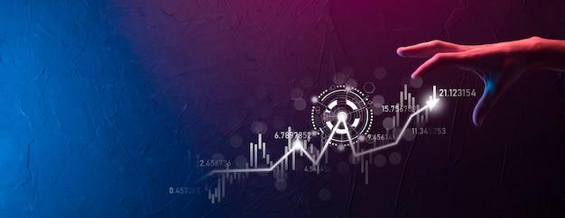 Tenir à la main les données de vente et le graphique graphique de la croissance économique. planification et stratégie d'entreprise. analyser les échanges d'échange. financier et bancaire. marketing numérique de la technologie. plan de profit et de croissance.