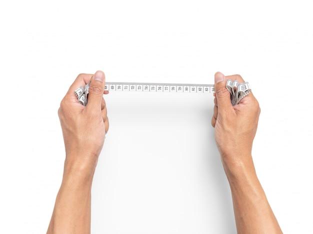 Tenir la main ruban à mesurer sur fond blanc isolé