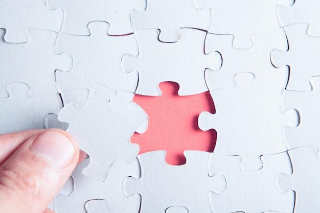 Tenir la pièce manquante du puzzle