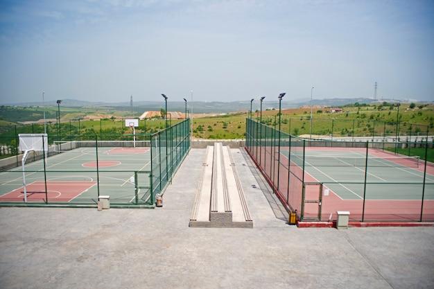 Tennis solitaire et terrain de basket