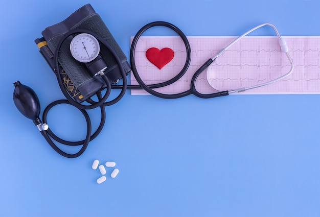 Tensiomètre ecg pilules et coeur soins cardiologiques protection et prévention des soins de santé