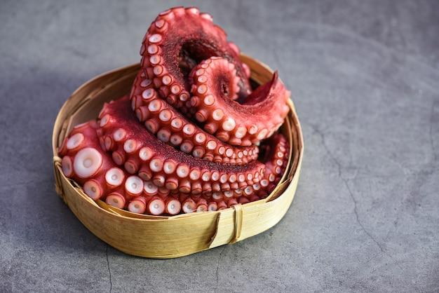 Tentacules de poulpe bouilli sur plateau en bois, poulpe de fruits de mer cuit calmar seiche