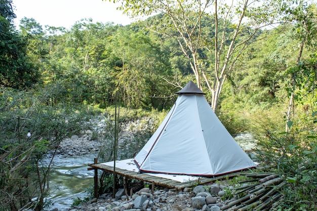Tente sur le bambou le long du ruisseau à wang nan pua, nan à thailan.