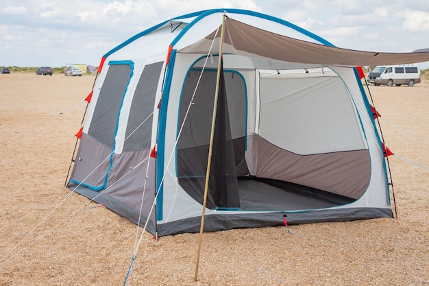 Tente de camping au bord de la mer. vacances d'été en mer ou dans la nature. loisirs de plein air sauvages.