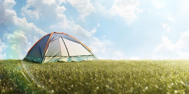Tente de camping dans l'herbe. une randonnée.