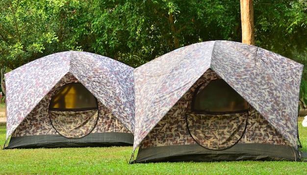 Tente de camping sur dossier de voyage