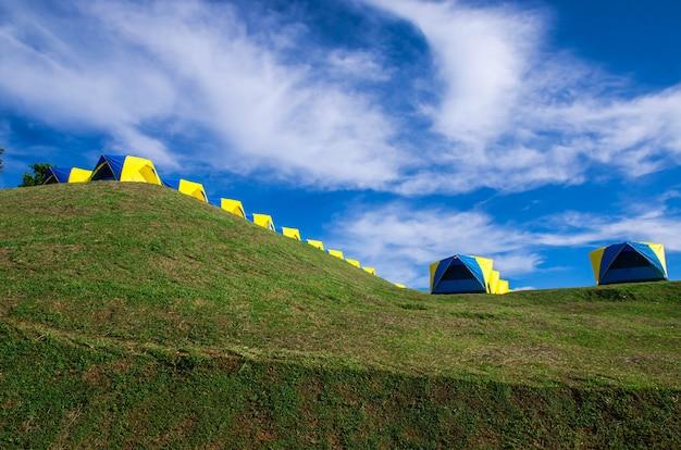 Tente de camping sur green hill