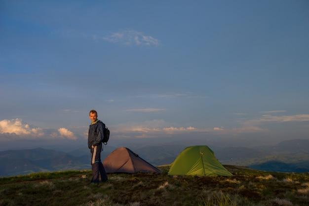 Tente de camping verte et homme